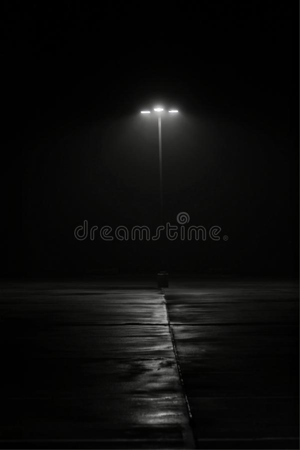 Lâmpada de rua na noite na névoa clara fotos de stock