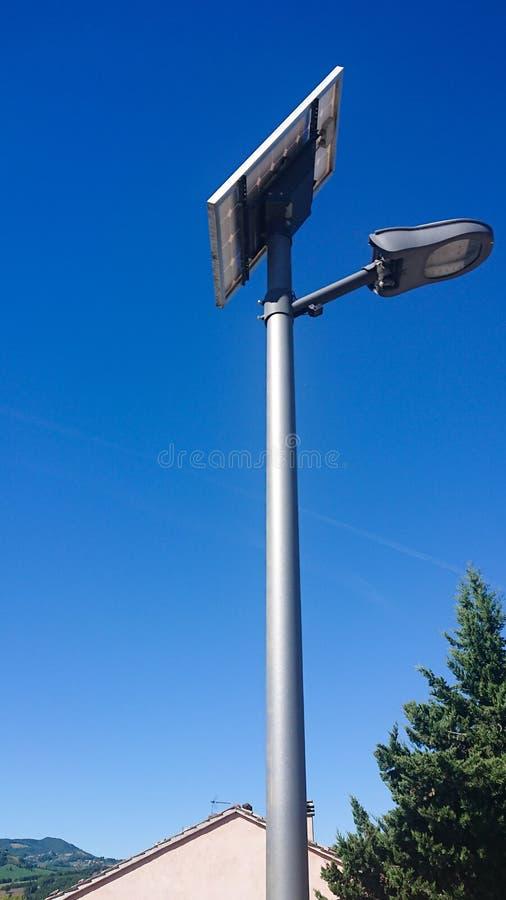 Lâmpada de rua posta pela energia solar fotos de stock royalty free