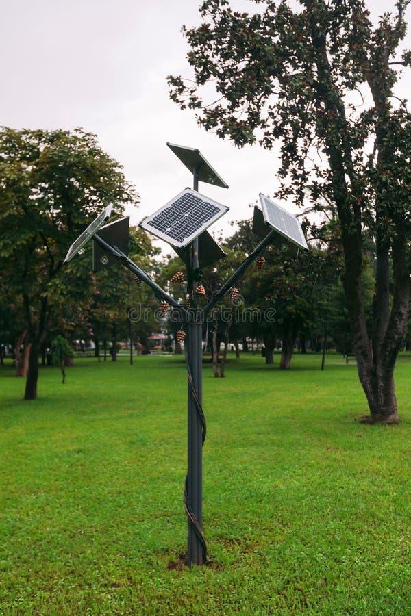 Lâmpada de rua posta solar no parque fotos de stock royalty free