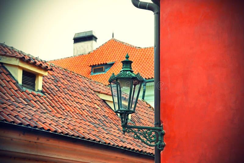 Lâmpada de rua tradicional e os telhados telhados de Praga fotografia de stock