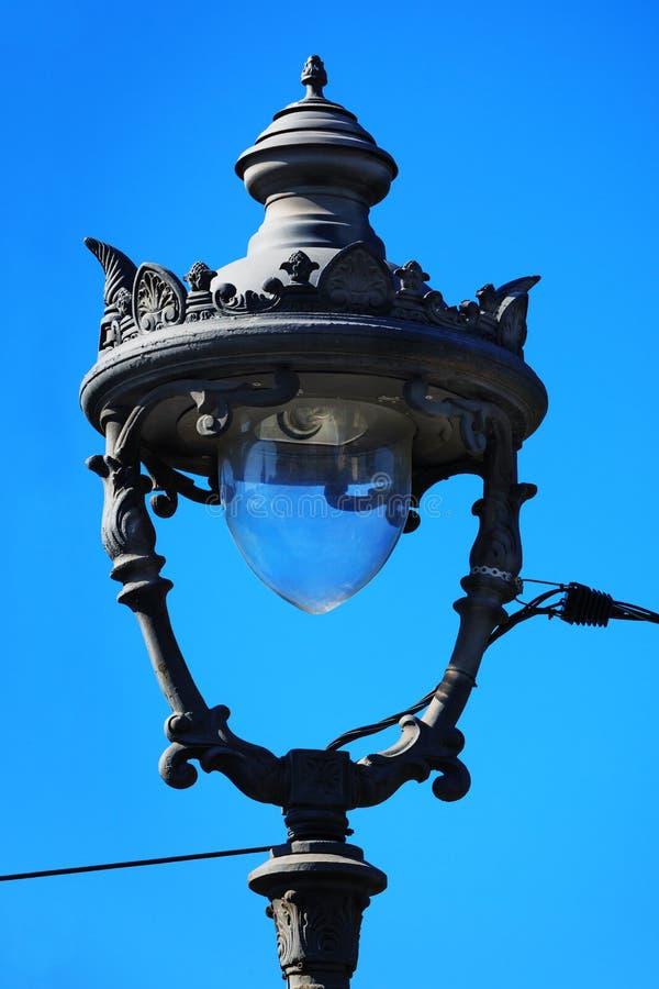 Lâmpada de rua velha bonita fotografia de stock royalty free