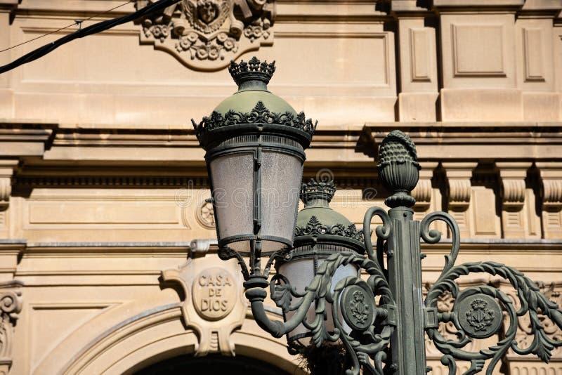 Lâmpada de rua velha na cidade de Valência fotografia de stock