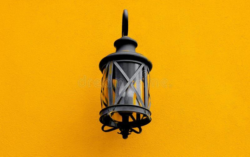 Lâmpada de rua velha na parede foto de stock royalty free