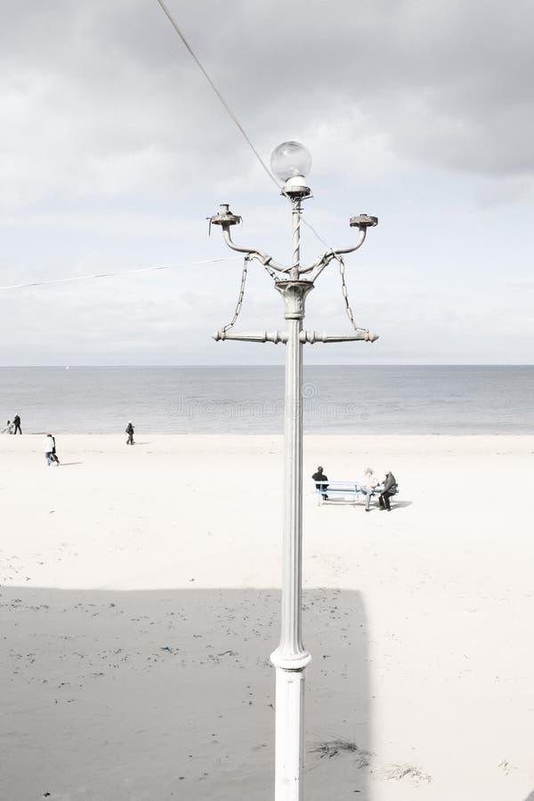 Lâmpada de rua velha na praia Báltico foto de stock