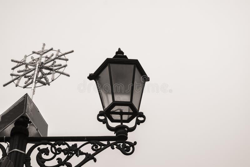 Lâmpada decorativa da estrada com decorações do inverno snowflake foto de stock royalty free