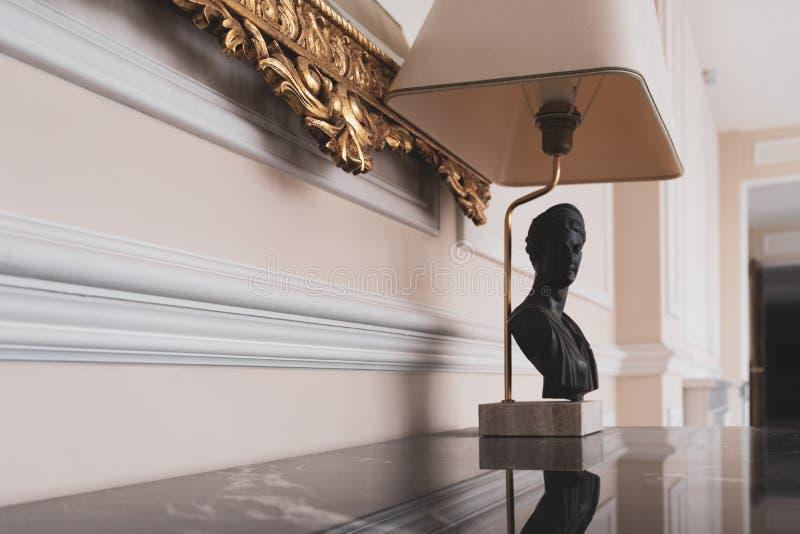 Lâmpada decorativa na tabela imagem de stock royalty free