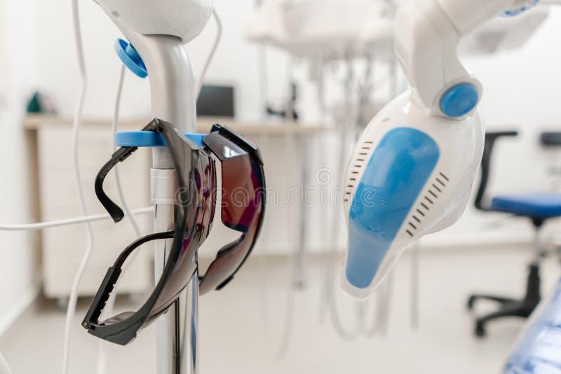 Lâmpada dental da polimerização com luz UV e laser Instrumento Stomatological na clínica do dentista Medicina, sa?de fotografia de stock