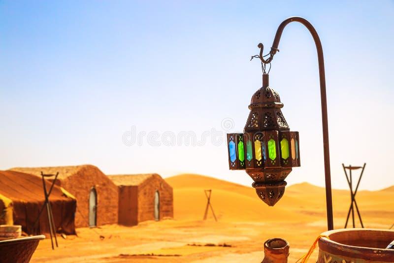 Lâmpada do berber de Coloreful com as barracas tradicionais do nômada no fundo imagens de stock