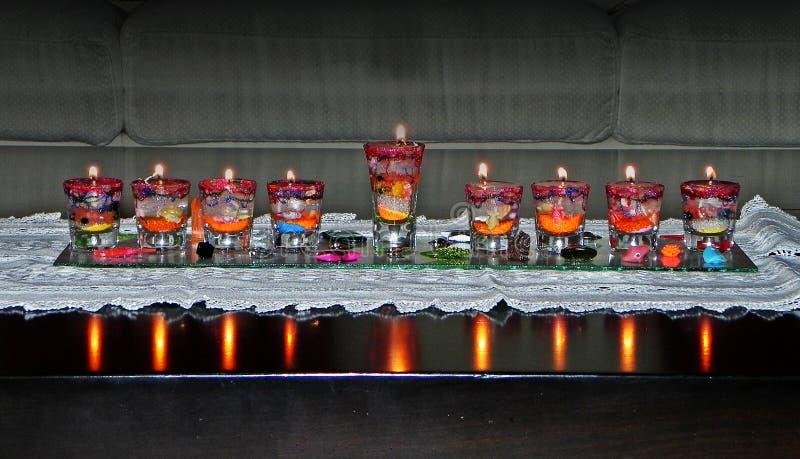 Lâmpada do Hanukkah & x28; hanukia& x29; com velas iluminadas fotografia de stock royalty free