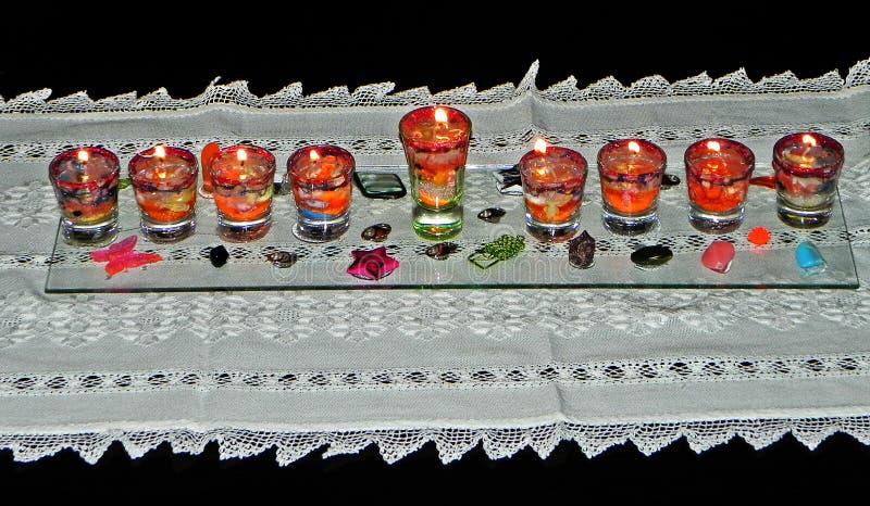 Lâmpada do Hanukkah & x28; hanukia& x29; com velas iluminadas fotos de stock