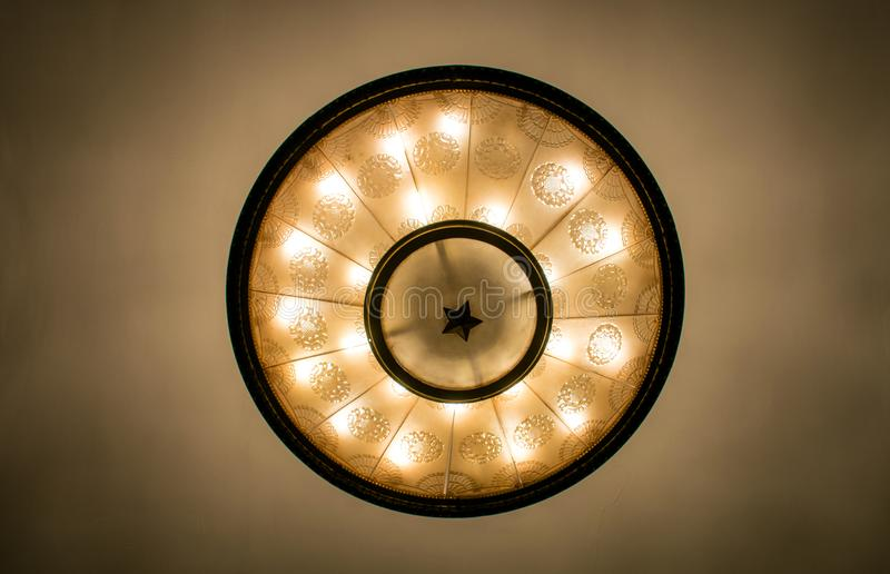 A lâmpada do teto da estação de metro de Moscou em Moscou, Rússia imagens de stock
