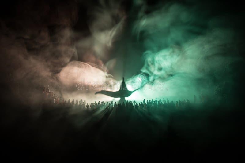 Lâmpada dos desejos Silhueta de uma grande multidão de povos que estão contra uma lâmpada grande dos desejos com feixes luminosos fotografia de stock royalty free