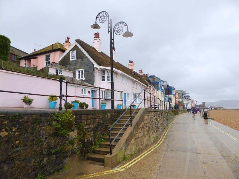 Lâmpada e casas decoradas de rua foto de stock royalty free