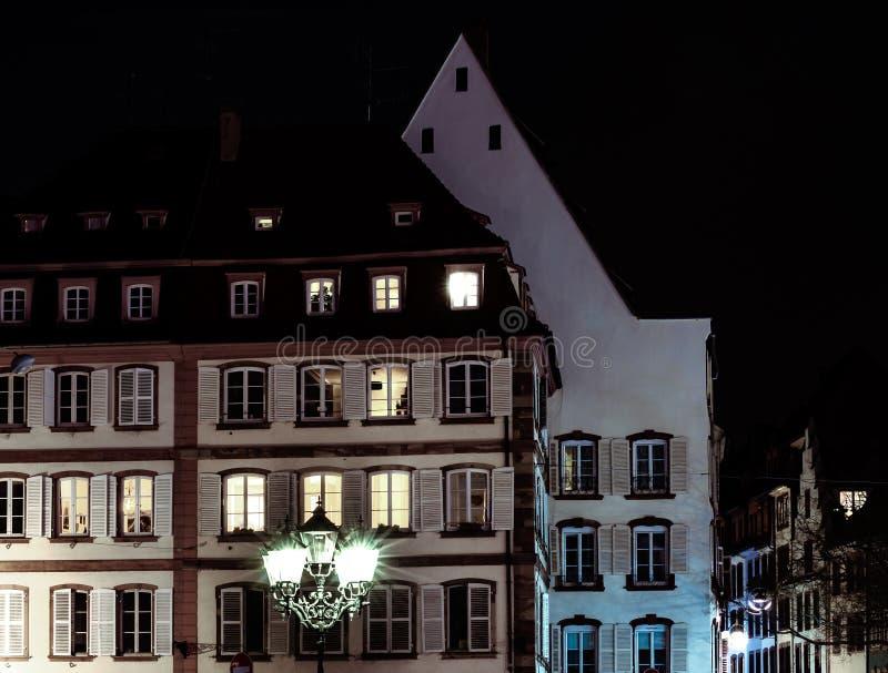 Lâmpada e construções de rua com janelas destacadas, opinião da noite de Strasbourg imagens de stock royalty free