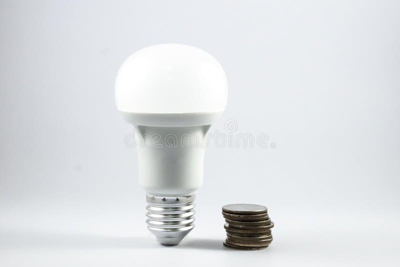 Lâmpada e dinheiro do diodo emissor de luz fotografia de stock royalty free