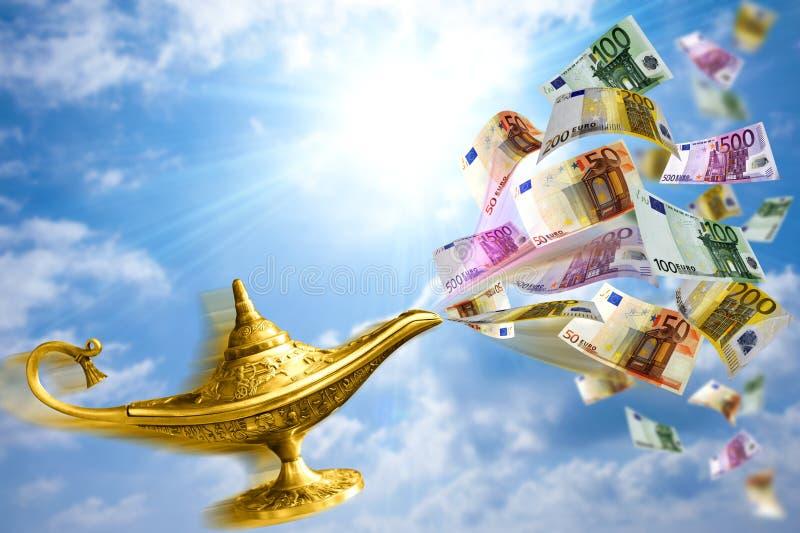 Lâmpada e dinheiro dourados fotografia de stock