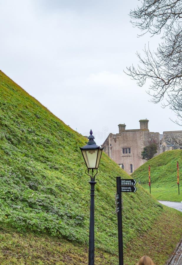 L?mpada e estrada que conduzem ao castelo de D?var fotos de stock royalty free