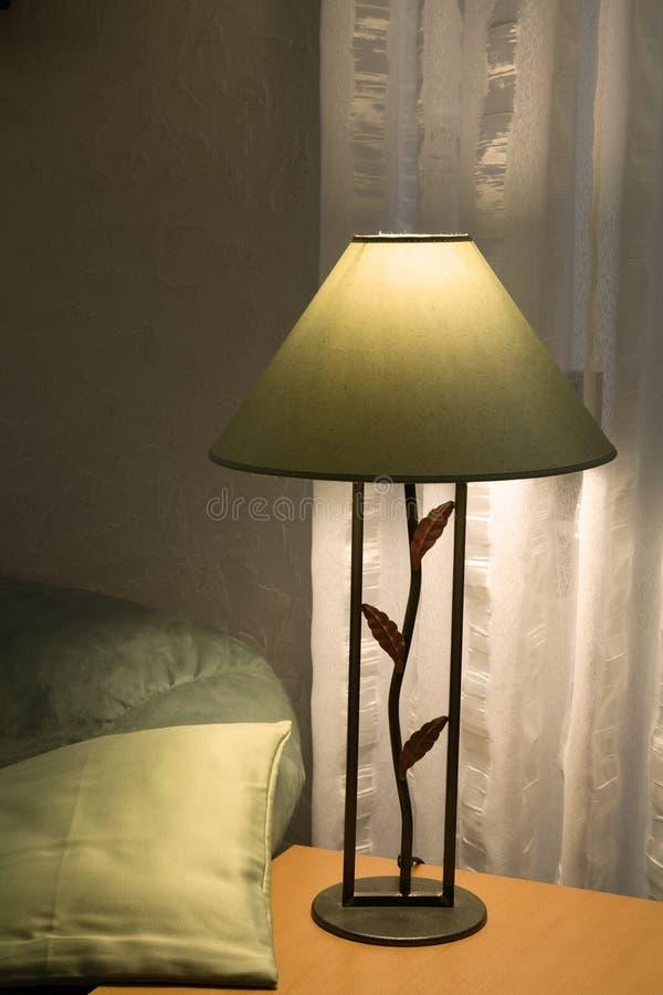 Lâmpada e sofá /2 imagens de stock