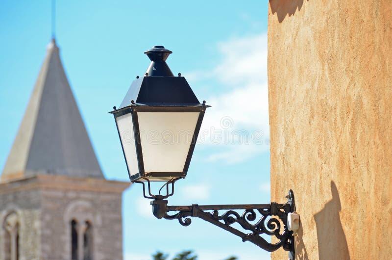 Lâmpada e torre de rua foto de stock