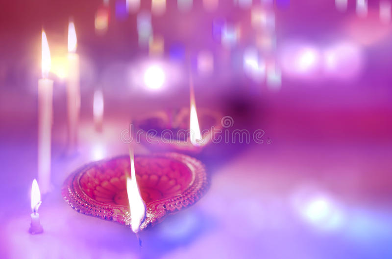 lâmpada e velas na obscuridade fotos de stock