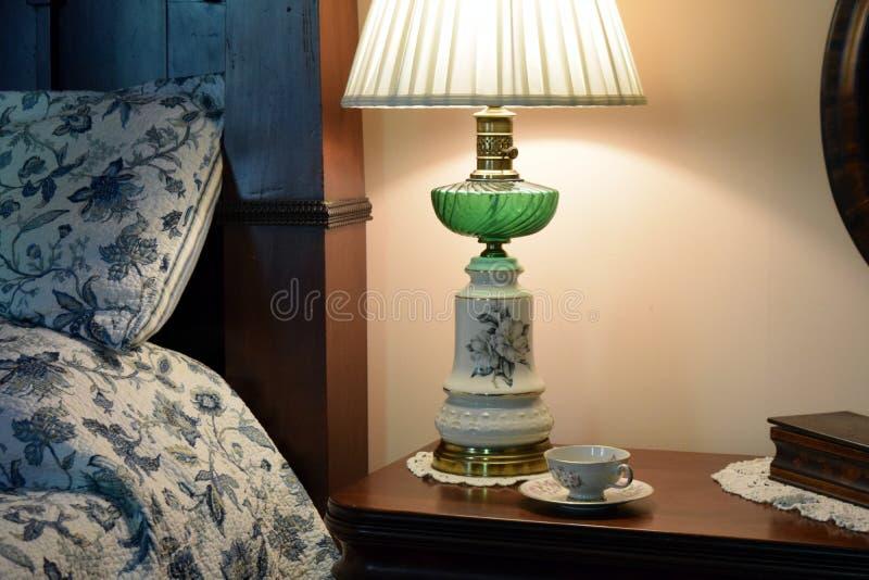 Lâmpada e xícara de chá antebellum de óleo do detalhe da cabeceira da plantação de Belmont foto de stock