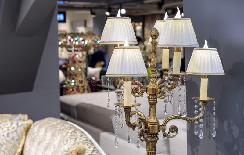 Lâmpada elétrica sob a forma de um castiçal de bronze Castiçal da lâmpada em um interior clássico foto de stock royalty free