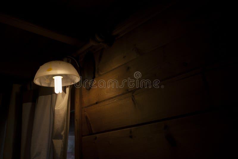 Lâmpada em um quarto escuro imagem de stock royalty free