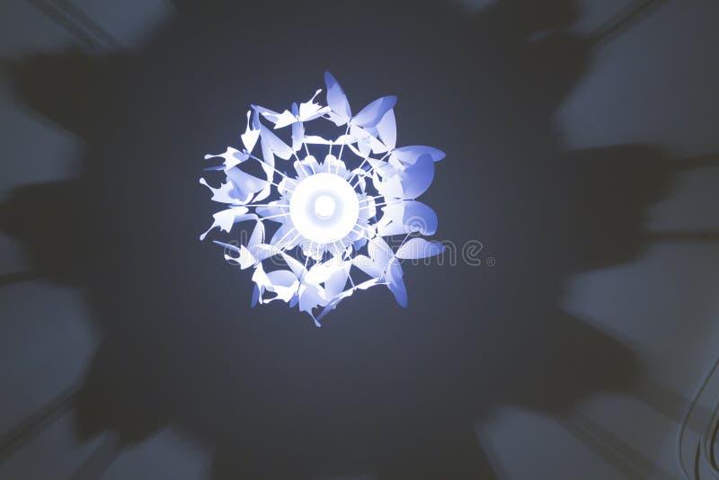 A lâmpada leve e a sombra fizeram em um teto da sala fotografia de stock royalty free