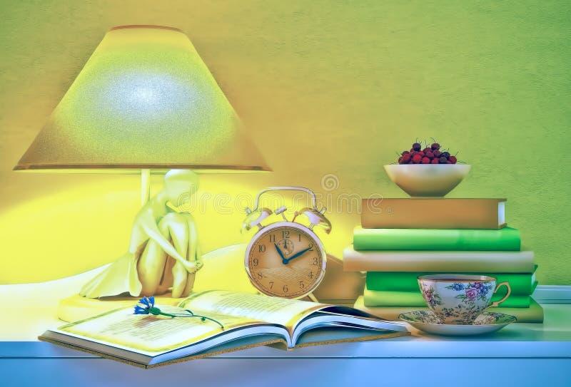 A lâmpada, livros, horas, copo do chá, placa da cereja é ficada situada em uma tabela imagens de stock