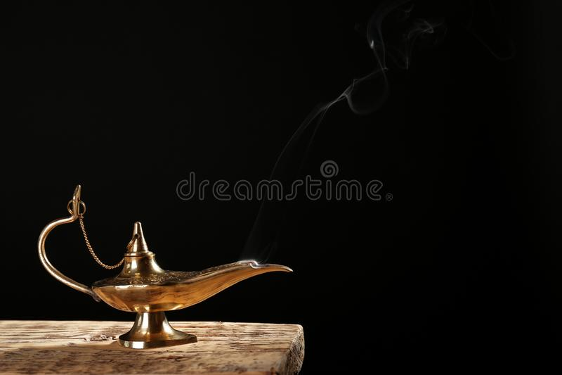 Lâmpada mágica de Aladdin na tabela imagens de stock
