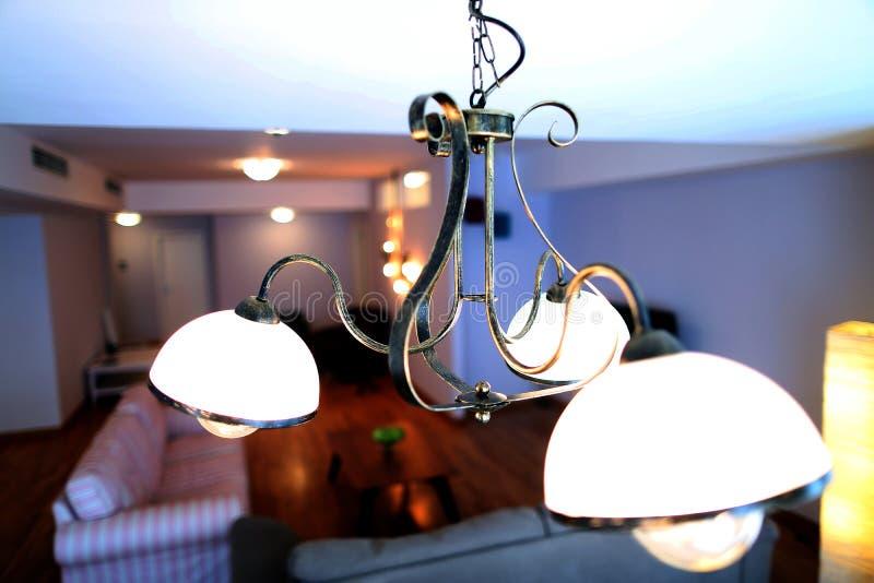 Lâmpada moderna na sala de visitas imagem de stock
