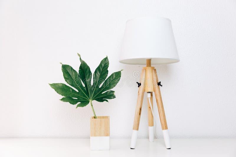 A lâmpada nórdica e a folha tropical, decoração simples objetam, escandinavo fotografia de stock