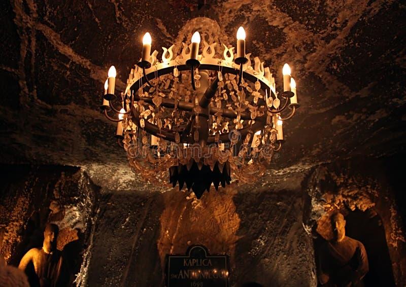 Lâmpada na capela de St Anthony no século XIII da mina de sal de Wieliczka, uma das minas de sal o mais velho do mundo fotografia de stock