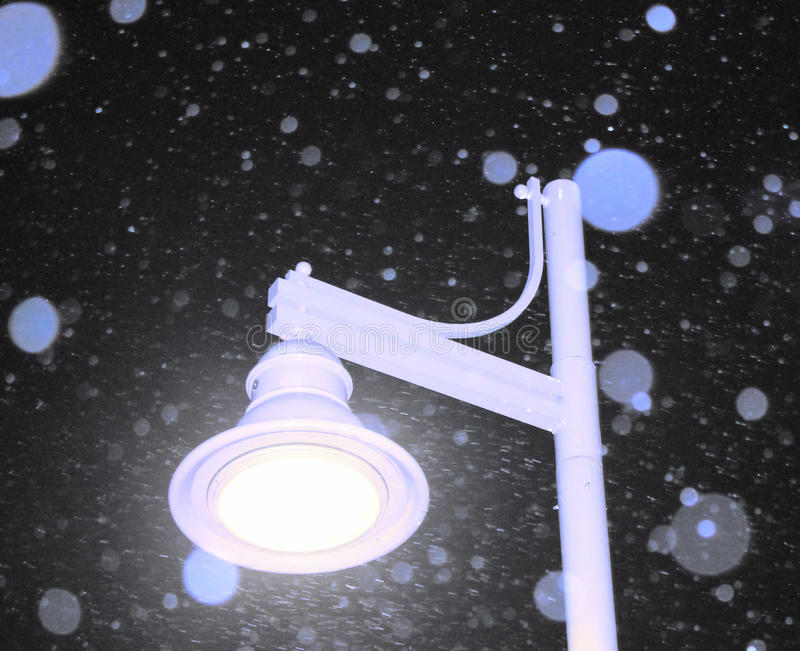Lâmpada nevado de Nightime fotografia de stock