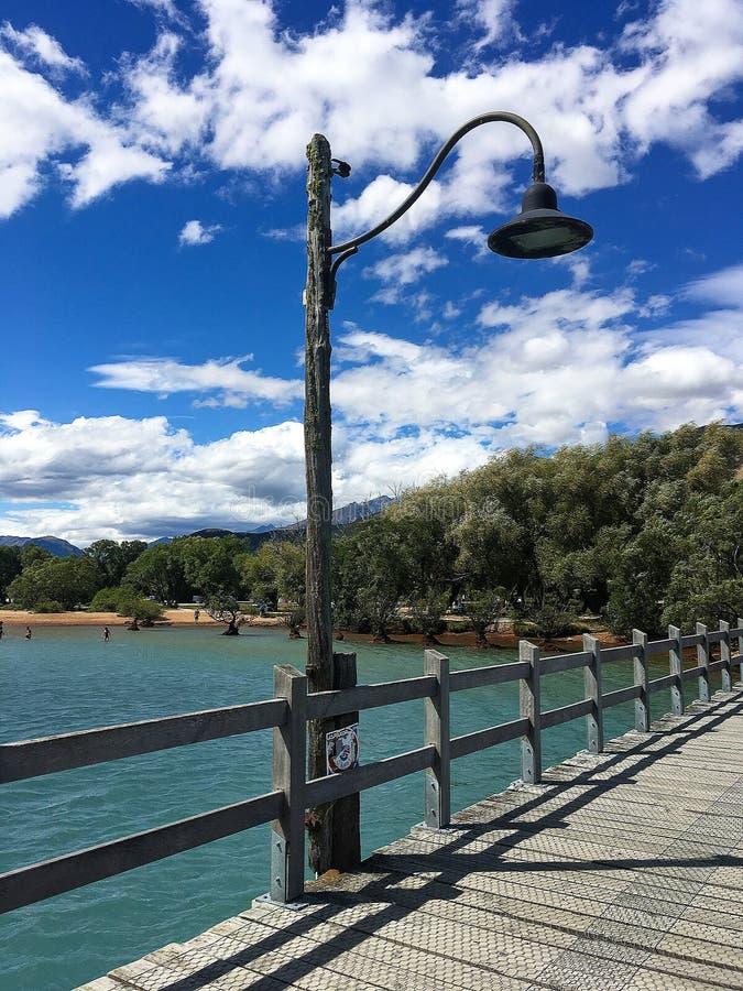 Lâmpada no cais com vista para o mar imagem de stock royalty free