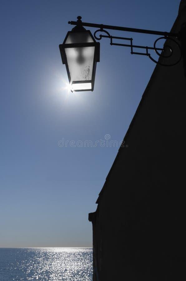A lâmpada no mar ilumina-se acima com a luz do sol imagem de stock