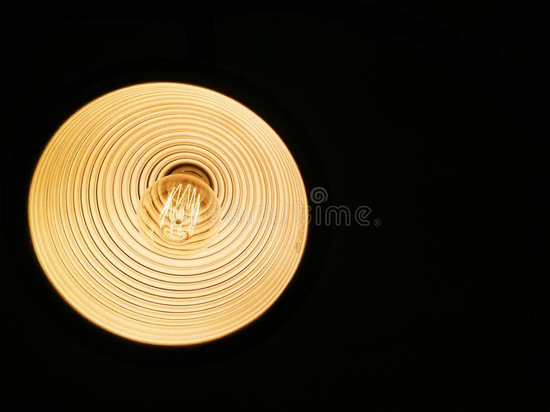 Lâmpada no teto na escuridão imagem de stock royalty free