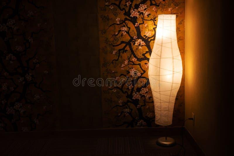 lâmpada perto da parede da pintura da flor de cerejeira imagens de stock