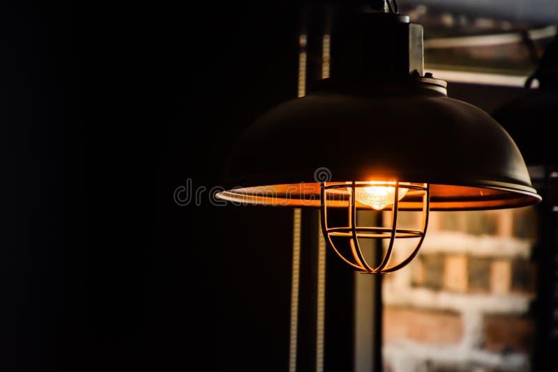Lâmpada preta velha na sala no fundo borrado fotos de stock royalty free