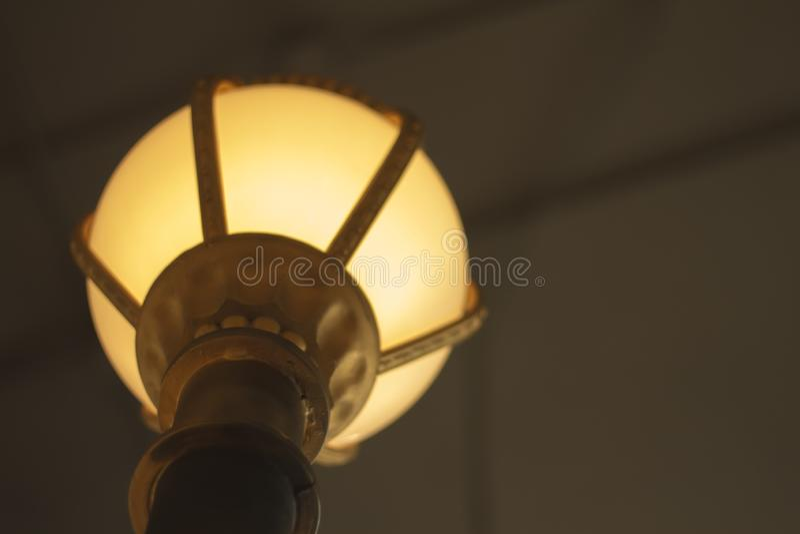 Lâmpada retro bonita luxuosa da luz de edison do teto à moda do círculo do cair para sentar-se imagem de stock