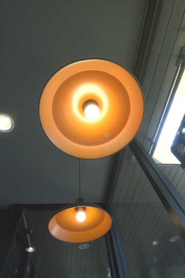 Lâmpada retro bonita luxuosa da luz de edison do teto à moda do círculo do cair para sentar-se fotografia de stock royalty free