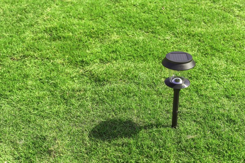 Lâmpada solar no jardim com sombra fotografia de stock
