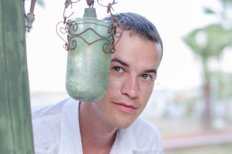 Lâmpada verde no fundo de um homem em uma camisa branca fotos de stock