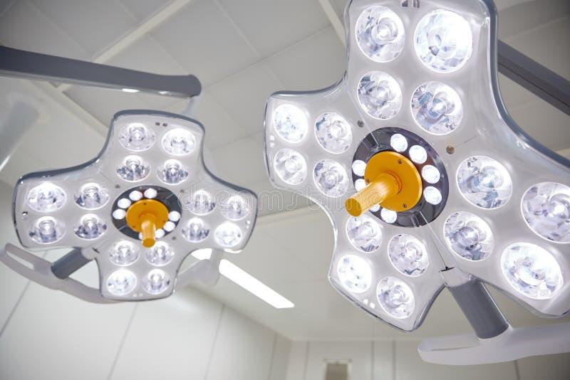 Lâmpadas cirúrgicas na sala de operação no hospital fotografia de stock royalty free