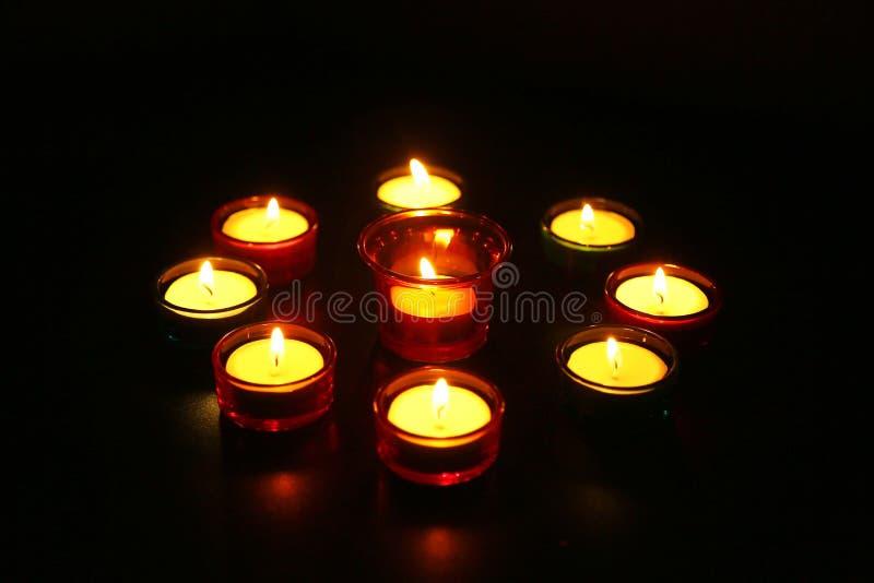Lâmpadas coloridas e decorativas durante a celebração de Diwali imagem de stock