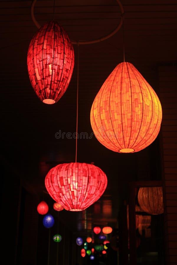 Lâmpadas coloridas na noite imagem de stock