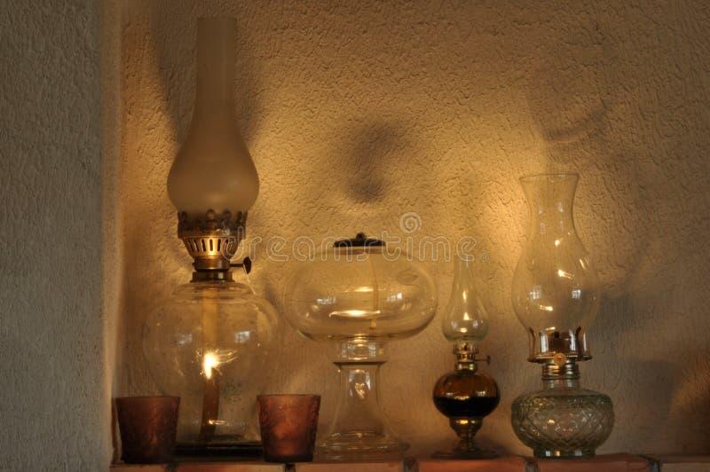 Lâmpadas de óleo Ornamento na cornija de lareira luz A Idade Média imagem de stock royalty free
