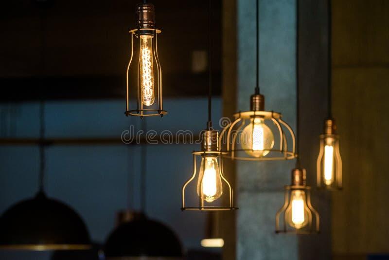 Lâmpadas de pendente industriais contra a parede áspera Interior do sotão Bulbos de Edison foto de stock royalty free
