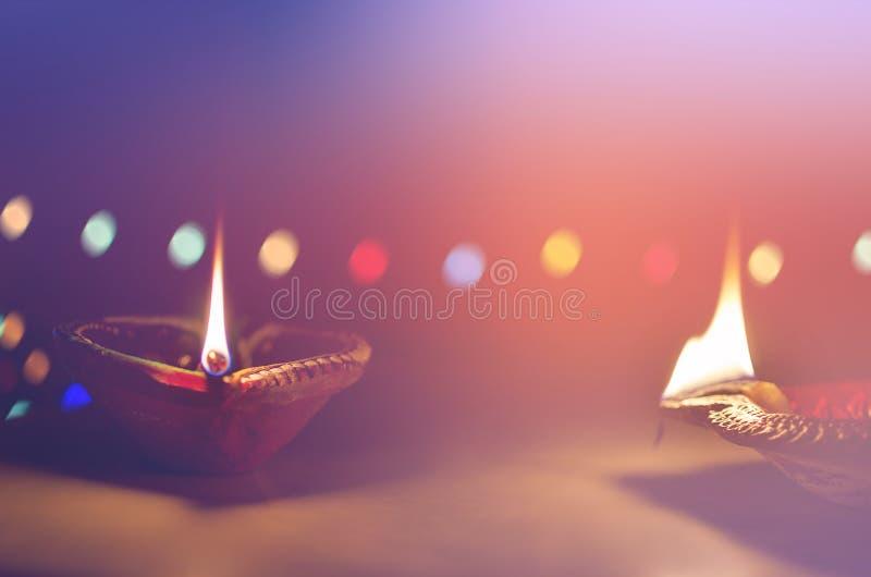 Lâmpadas de terra na noite escura imagem de stock royalty free