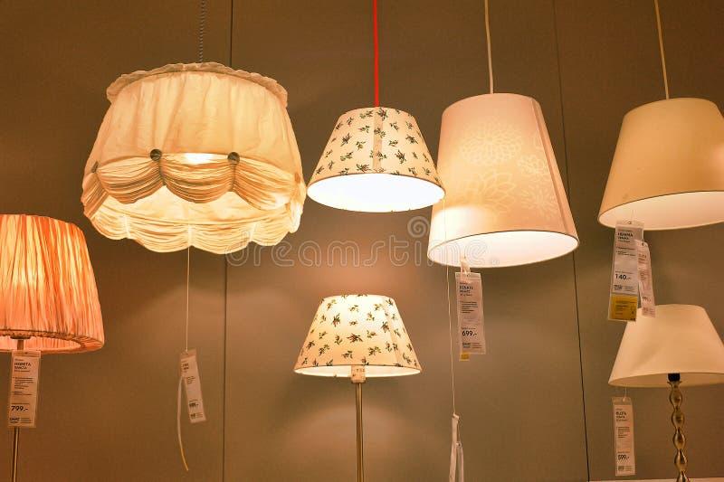 Lâmpadas e dispositivos bondes de iluminação na loja foto de stock